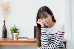 Donna dell'Asia annoiata circa il lavoro al ristorante del caffè, resto femminile ch Immagine Stock