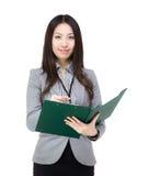 Donna dell'Asia che annota sul filepad Fotografie Stock Libere da Diritti