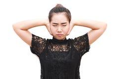 Donna dell'Asia che ferma e che copre le orecchie di sue mani Immagine Stock