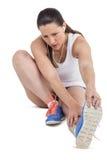 Donna dell'atleta che allunga il suo tendine del ginocchio Immagine Stock Libera da Diritti