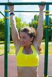 Donna dell'atleta che allunga sul campo da giuoco Fotografia Stock