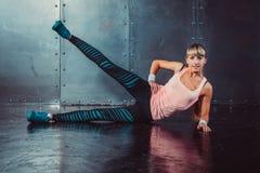 Donna dell'atleta che esercita scaldarsi ed allungamento Fotografia Stock