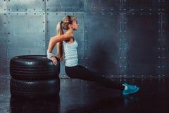 Donna dell'atleta che fa spinta-UPS su addestramento del banco Fotografie Stock Libere da Diritti