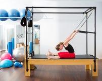 Donna dell'istruttore dei pilates di Aerobics in cadillac Fotografie Stock
