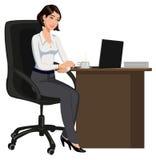 Donna dell'ufficio dietro uno scrittorio con un computer portatile Fotografia Stock