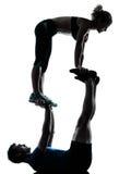 Donna dell'uomo che esercita forma fisica acrobatica di allenamento Immagini Stock