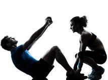 Donna dell'uomo che esercita forma fisica addominale di allenamento Immagine Stock