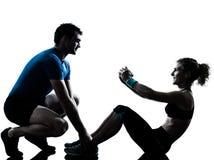 Donna dell'uomo che esercita forma fisica addominale di allenamento Fotografie Stock Libere da Diritti