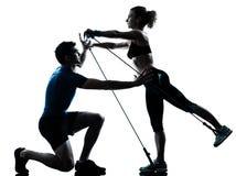 Donna dell'uomo che esercita forma fisica di allenamento del gymstick Fotografie Stock Libere da Diritti