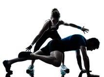 Donna dell'uomo che esercita forma fisica di allenamento delle gambe Immagine Stock Libera da Diritti