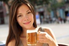 Donna della birra Fotografie Stock Libere da Diritti
