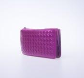donna della borsa o del portafoglio (colore porpora) su un fondo Fotografia Stock