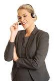 Donna della call center che parla con cliente Immagine Stock