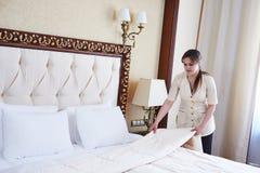 Donna della cameriera a servizio degli esercizi alberghieri Fotografie Stock