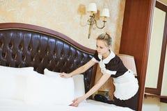 Donna della cameriera a servizio degli esercizi alberghieri immagini stock