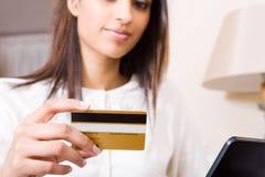 Donna della carta di credito Fotografia Stock