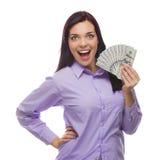 Donna della corsa mista che tiene le banconote in dollari di nuovo cento Immagine Stock Libera da Diritti