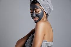 Donna della corsa mista con una maschera facciale sopra Fotografia Stock Libera da Diritti