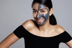 Donna della corsa mista con una maschera facciale sopra Fotografia Stock