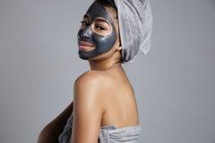 Donna della corsa mista con una maschera facciale sopra Fotografie Stock
