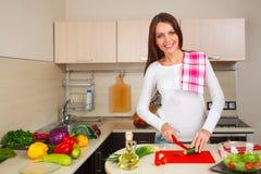 Donna della cucina che produce insalata Fotografia Stock Libera da Diritti
