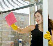donna della finestra di pulizia Fotografia Stock Libera da Diritti