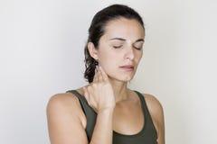 Donna della gola irritata immagini stock