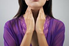 Donna della gola irritata Fotografie Stock Libere da Diritti