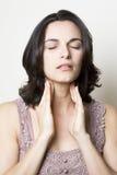 Donna della gola irritata fotografia stock libera da diritti