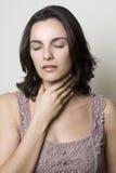 Donna della gola irritata fotografie stock
