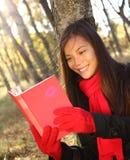 donna della lettura del libro Fotografia Stock
