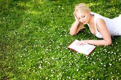 donna della lettura del libro Immagine Stock