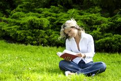 donna della lettura del libro Fotografia Stock Libera da Diritti