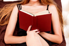 donna della lettura del libro della base Fotografia Stock Libera da Diritti