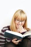 donna della lettura della tazza Fotografia Stock