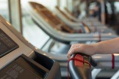 Donna della mano del primo piano che pareggia e che corre sulla pedana mobile cardio Fotografia Stock Libera da Diritti