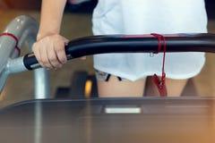 Donna della mano del primo piano che pareggia e che corre sulla pedana mobile cardio Immagine Stock Libera da Diritti