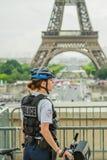 Donna della polizia della torre Eiffel Fotografia Stock Libera da Diritti