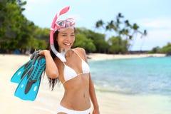 Donna della presa d'aria di vacanza della spiaggia con la maschera e le alette Fotografia Stock