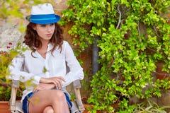 Donna della primavera un'ora legale che cammina nel giardino verde fotografia stock