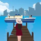 Donna della ragazza che aspetta nella venuta sola della nave del porto del porto Immagini Stock Libere da Diritti