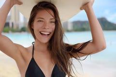 Donna della ragazza del surfista che pratica il surfing divertendosi su Waikiki Fotografia Stock