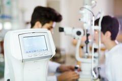 Donna della ragazza nella clinica di oftalmologia per rilevazione della diottria immagini stock
