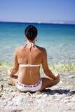 Donna della ritirata di vacanza dell'oceano che si rilassa alla spiaggia fotografia stock libera da diritti