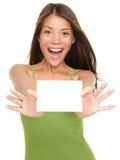 Donna della scheda del regalo eccitata Fotografia Stock Libera da Diritti
