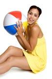 Donna della sfera di spiaggia Fotografia Stock