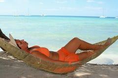 Donna della spiaggia del Hammock immagini stock