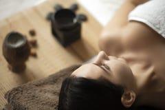 Donna della stazione termale Bella donna che si rilassa nel salone della stazione termale Alta qualità i Fotografie Stock Libere da Diritti