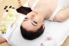 Donna della stazione termale Bella donna che si rilassa nel salone della stazione termale Alta qualità i Fotografia Stock Libera da Diritti