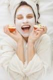Donna della stazione termale con la maschera facciale del krem immagini stock